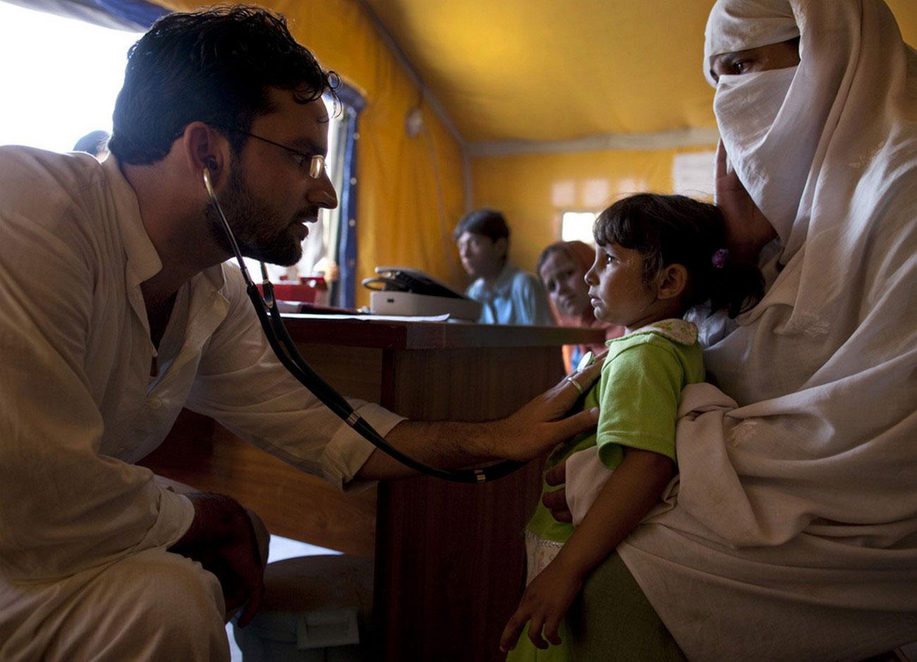 вынужденные переселенцы на обследовании у врача
