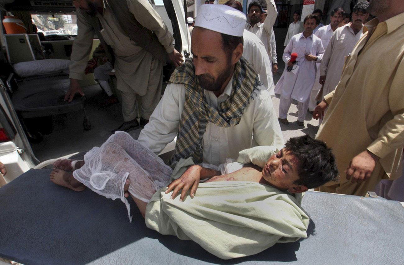 Пакистанский фельдшер осматривает вынужденного переселенца