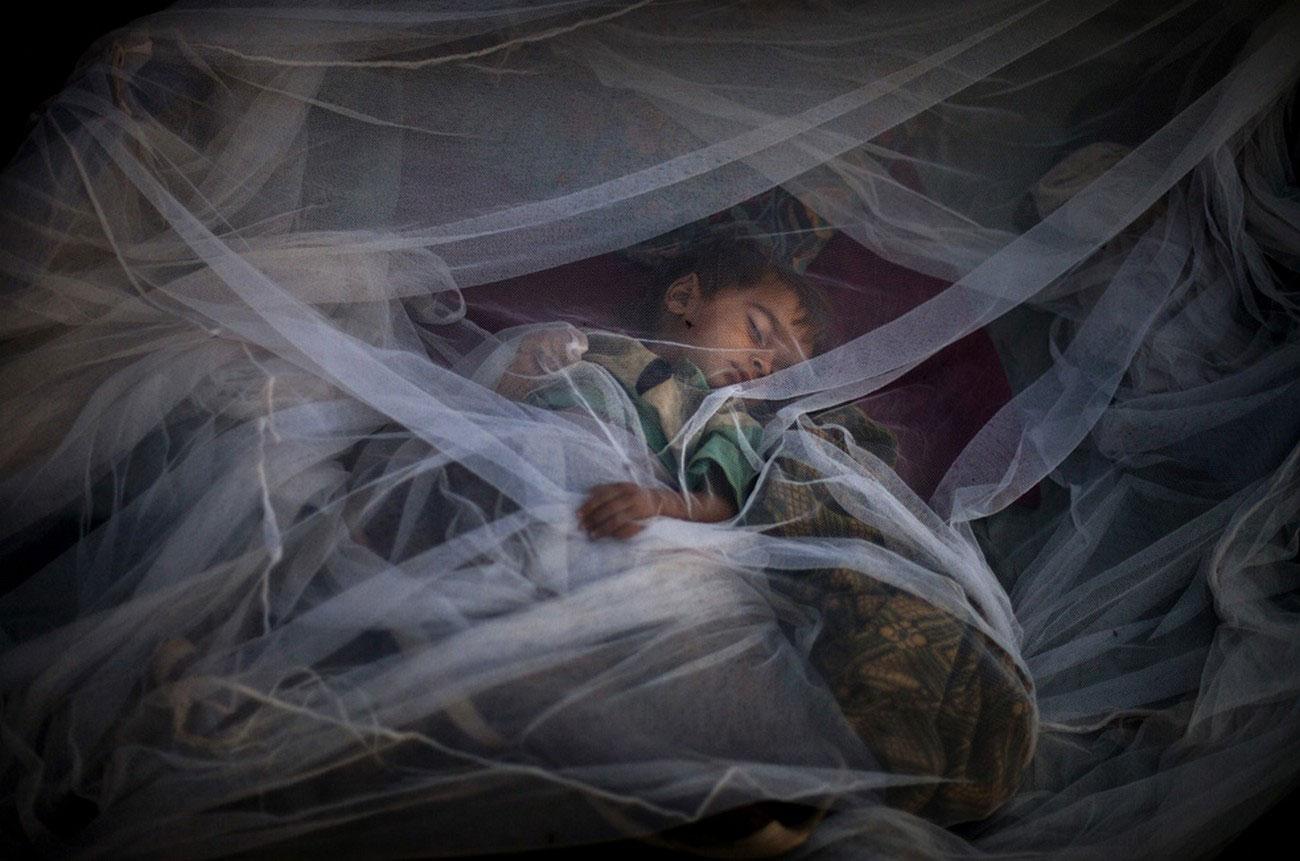 ребенок спит в лагере Пакистана, фото