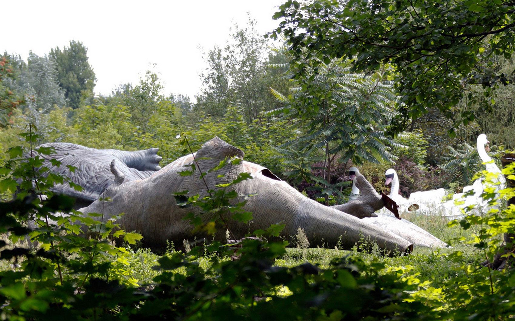 Динозавры и лебеди из стекловолокна, фото