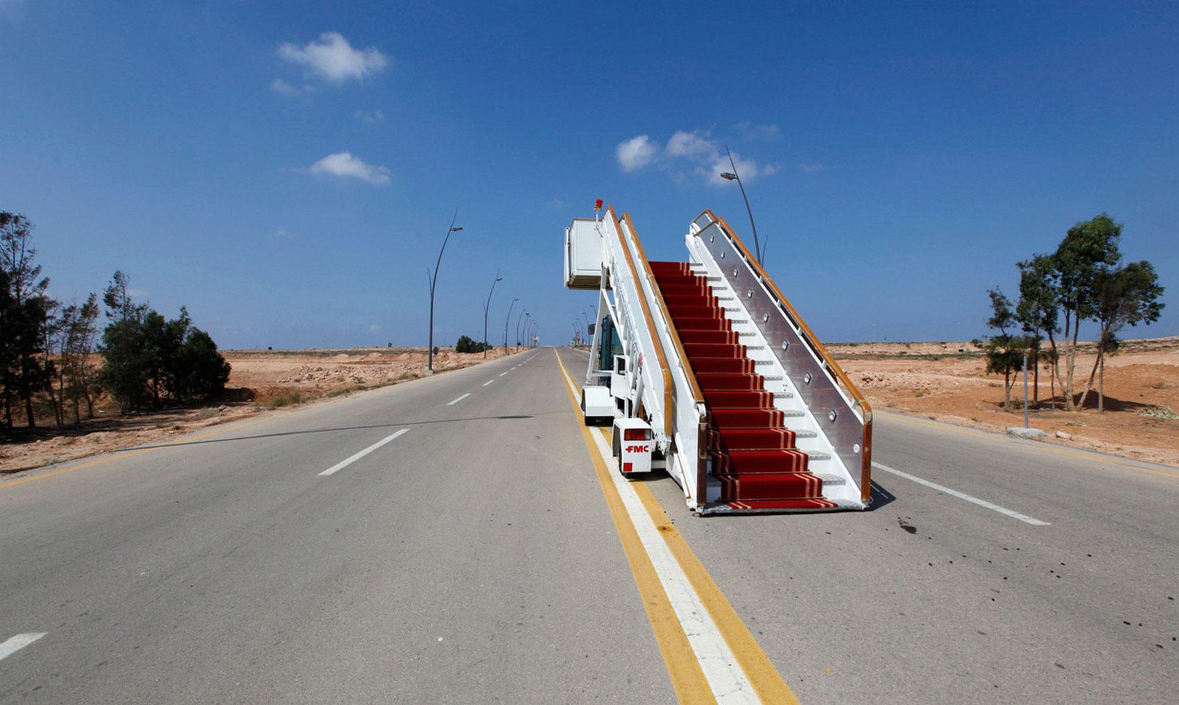 трап на дороге возле аэропорта, фото
