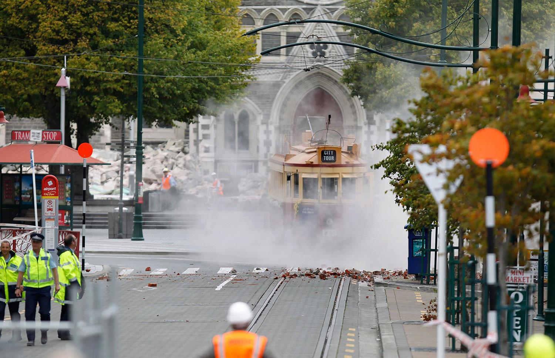 Сошедший с путей трамвай, фото