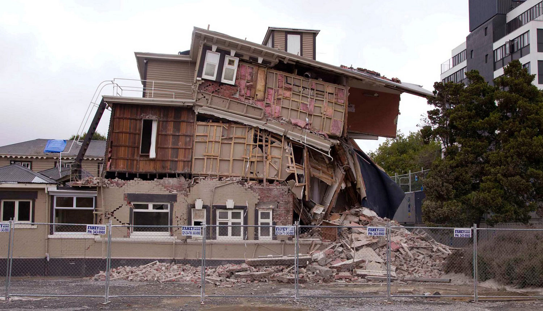 Сильно пострадавшее здание, фото