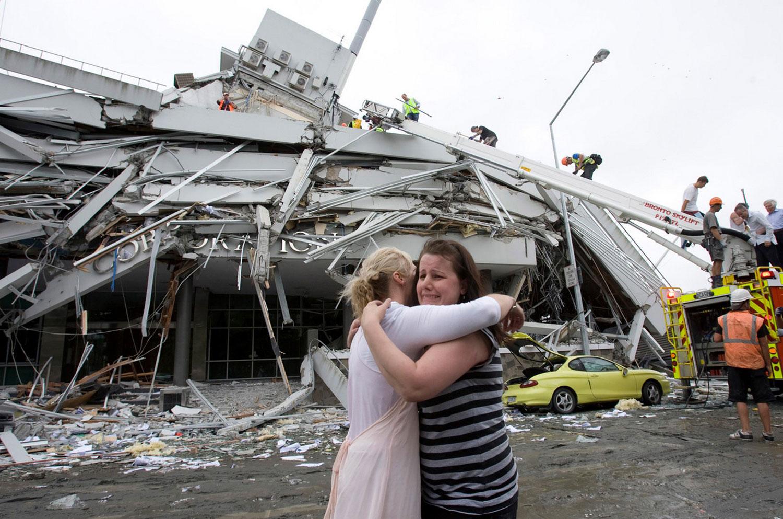 люди плачут о погибших во время землетрясения, фото