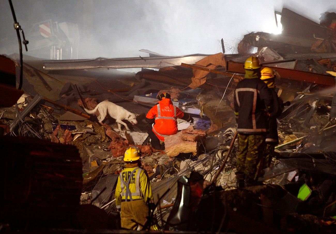 спасатели прочесывают обломки здания, фото Новой Зеландии