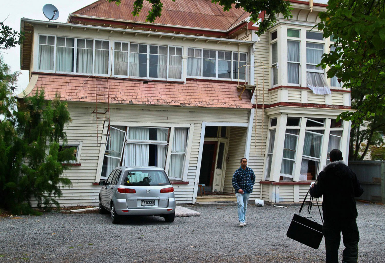 покосившееся здание в результате землетрясения, фото