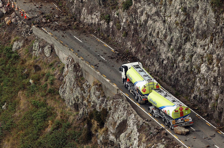 в результате землетрясения встали машины, фото
