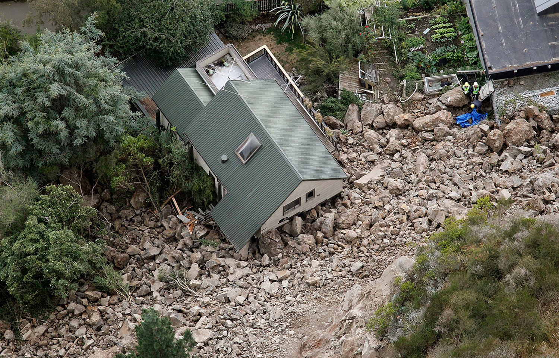 оползень засыпал несколько домов, фото Новой Зеландии