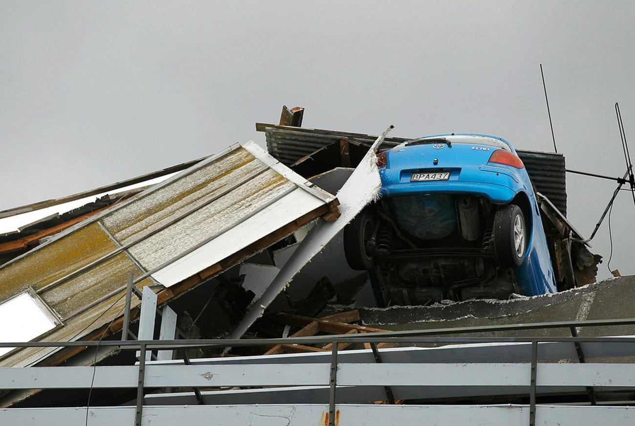 Заваленный обломками автомобиль, фото