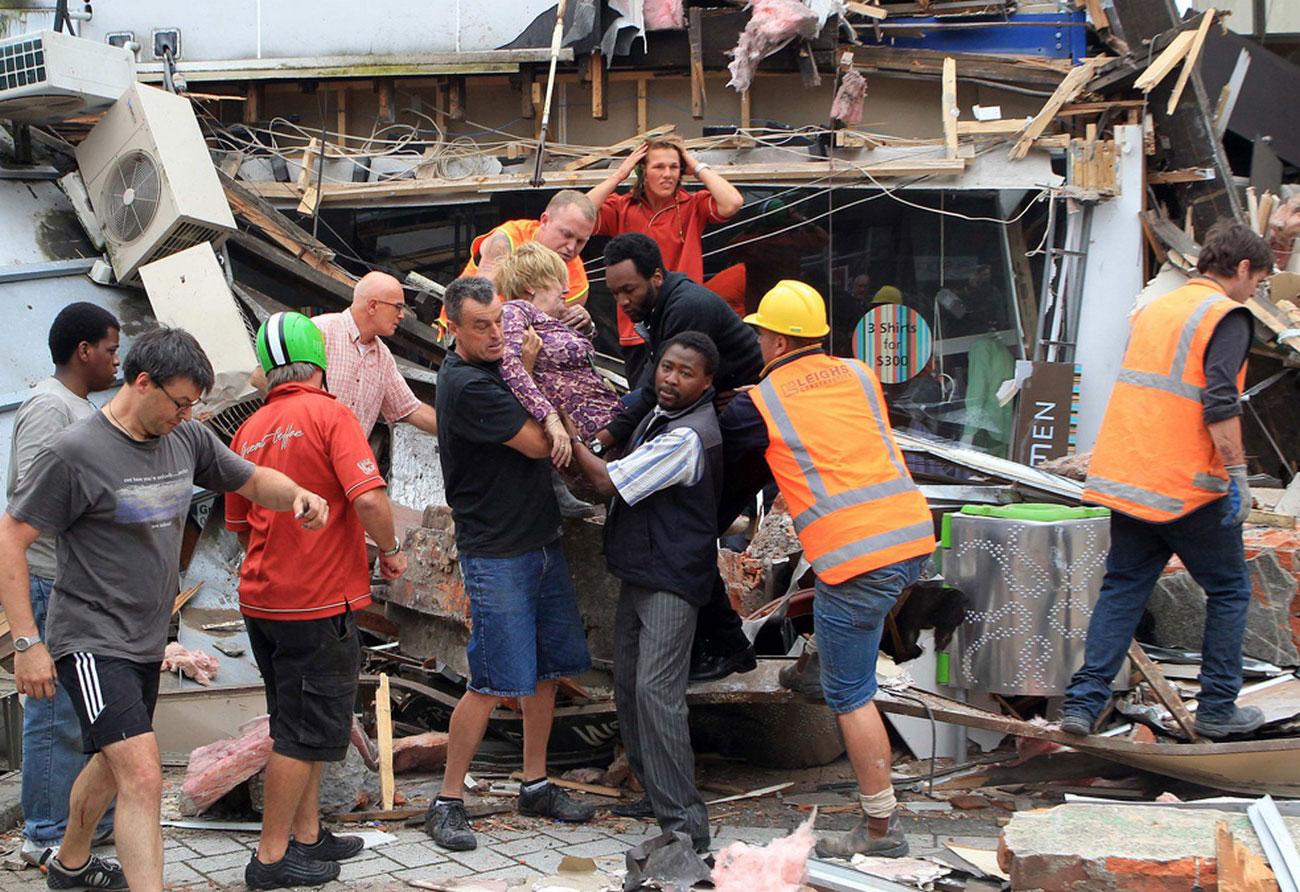 Спасатели вытаскивают женщину из-под обломков, фото Новой Зеландии