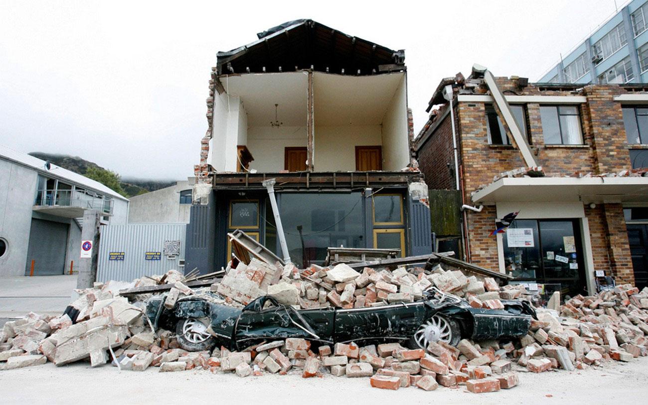 здание обрушилось на автомобиль, фото