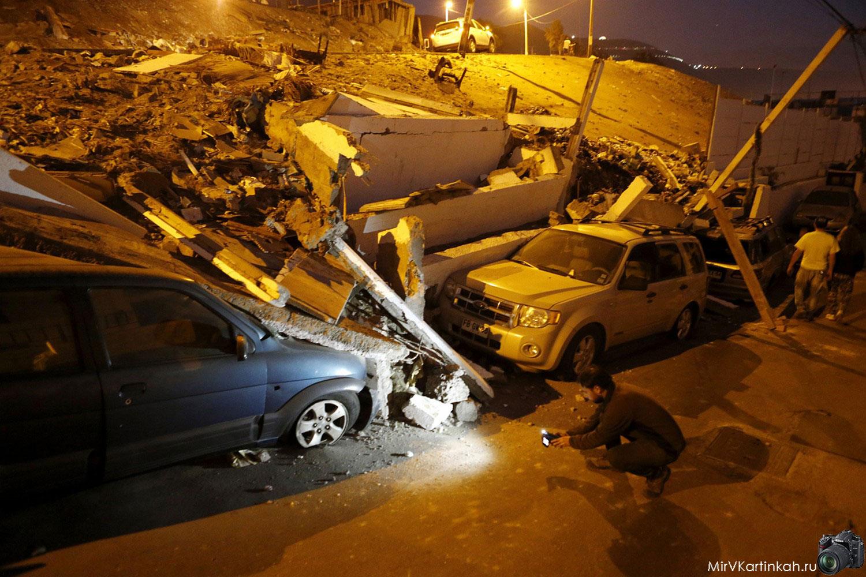 мужчина осматривает повреждения авто