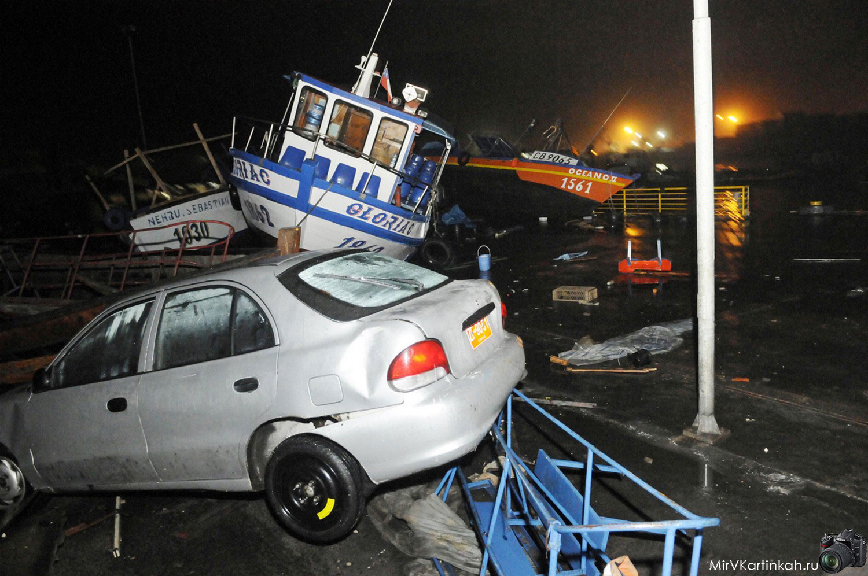 Разбитые автомобили и катера
