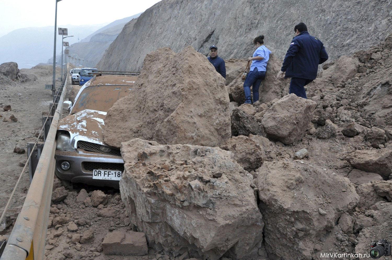 Спасатели осматривают автомобиль