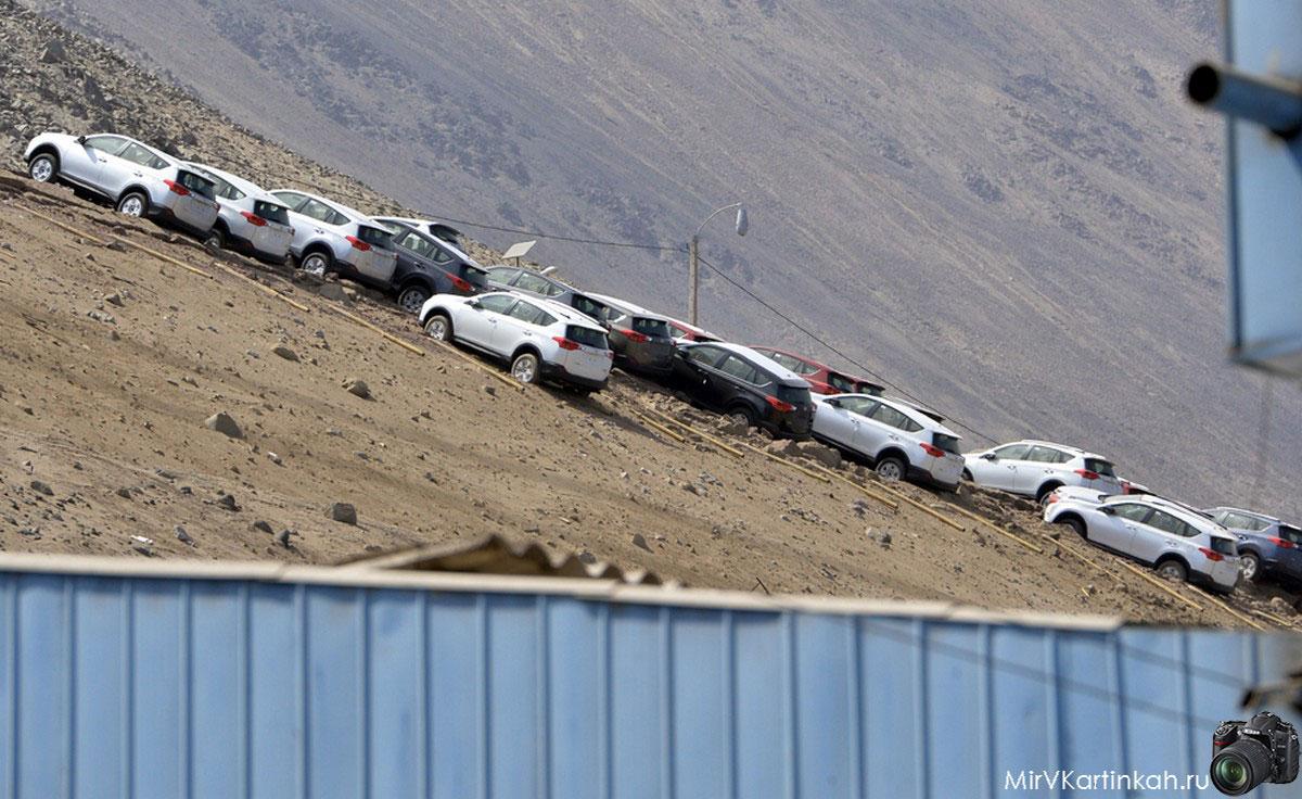 автомобили на склоне холма