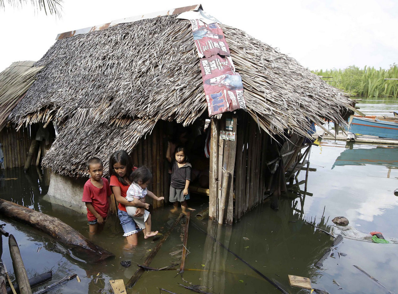 Дети на пороге затопленного дома