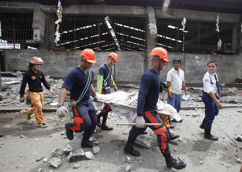 спасатели несут тело пострадавшего