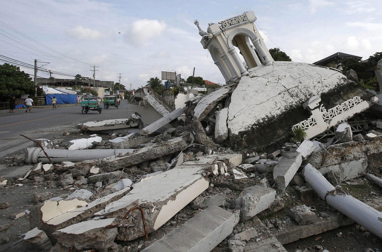 На руинах церкви на Филиппинах