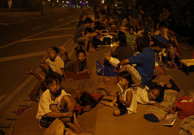 дети спят на дороге
