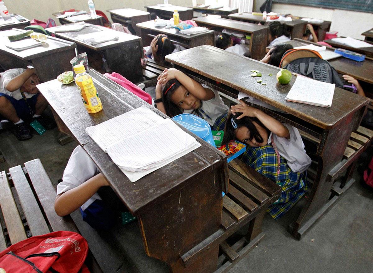 Ученики прячутся под партами