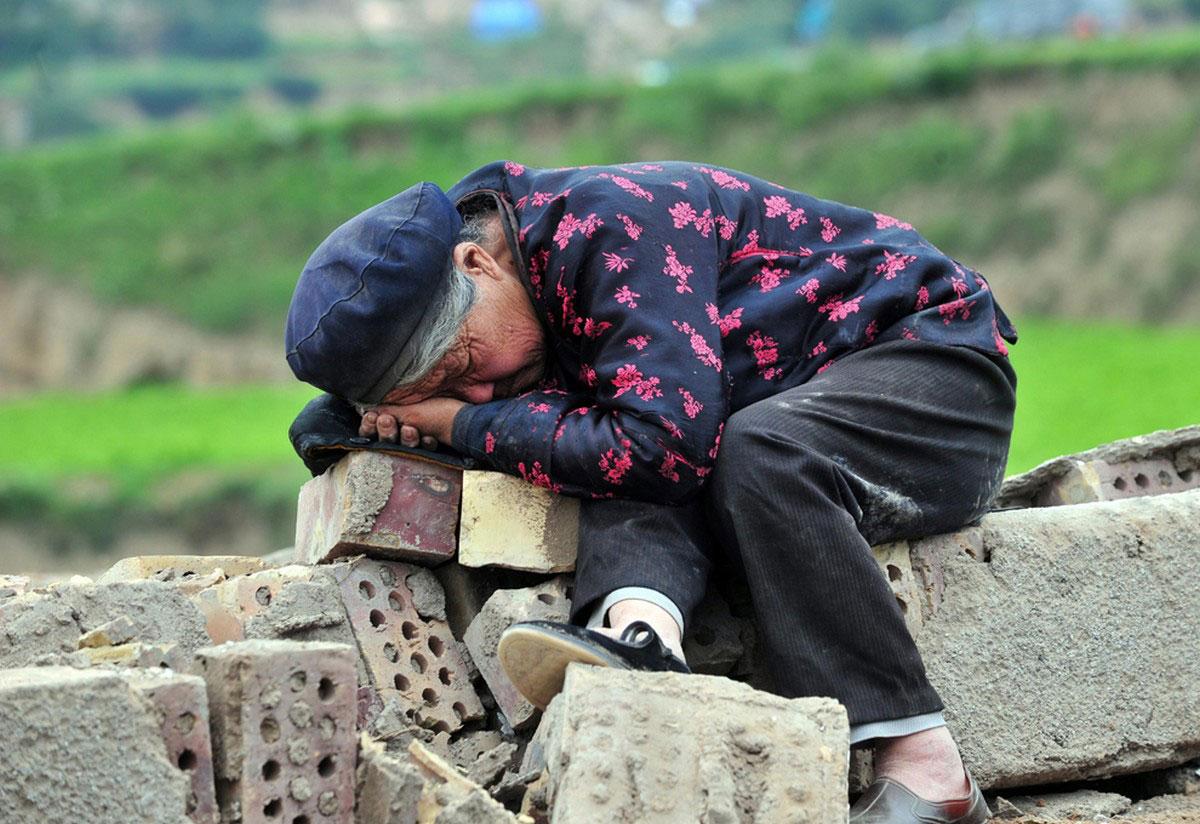 женщина лежит на руинах