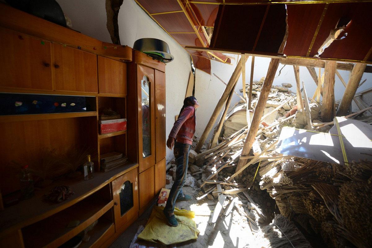 женщина в разрушенном доме