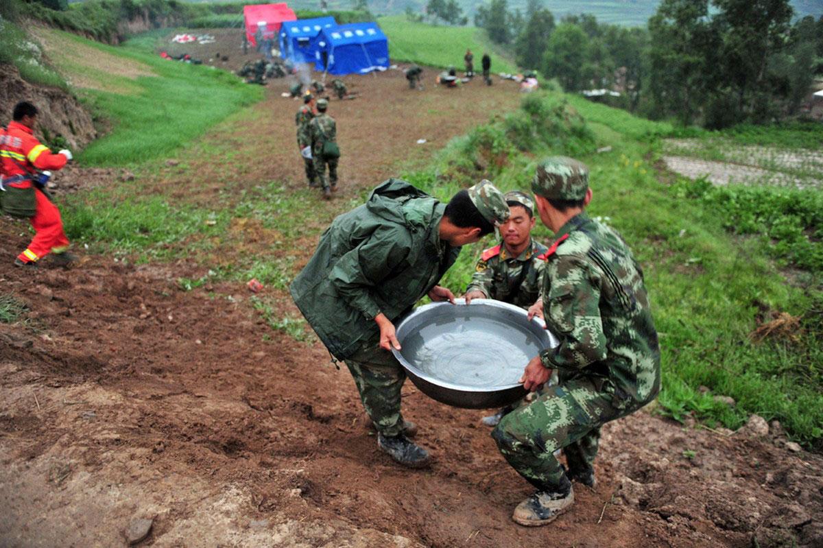 Спасатели таскают воду