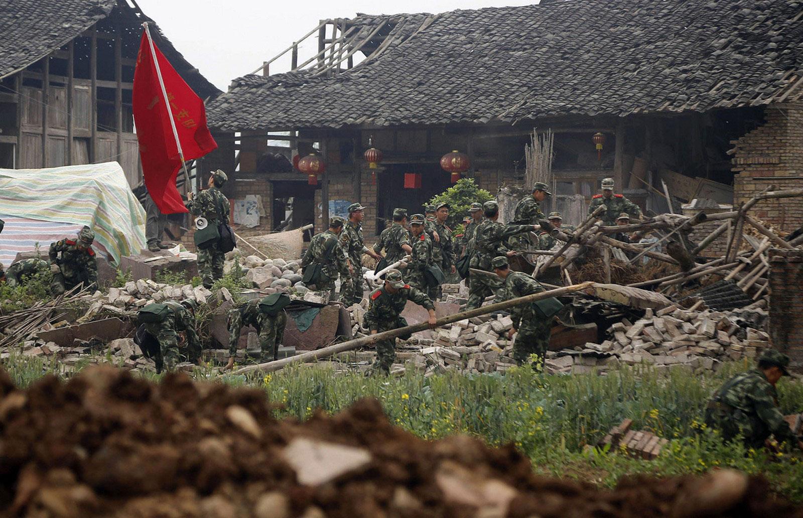 Спасатели ищут в развалинах здания пострадавших