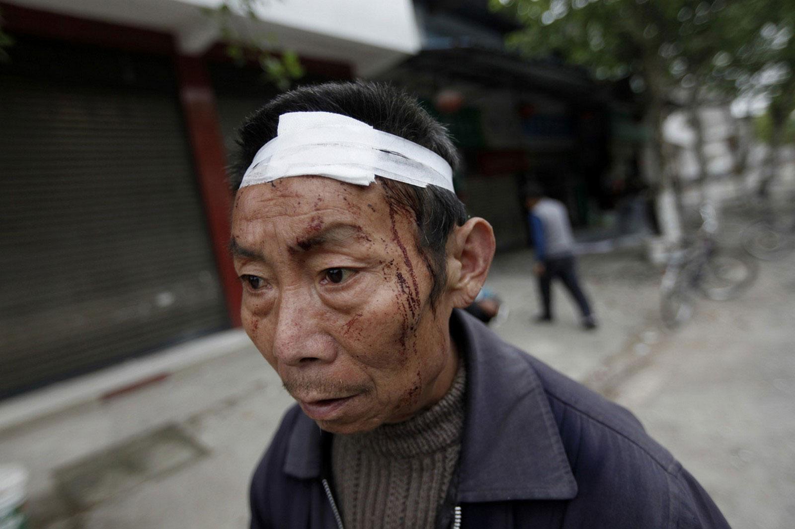мужчина после землетрясения в Китае