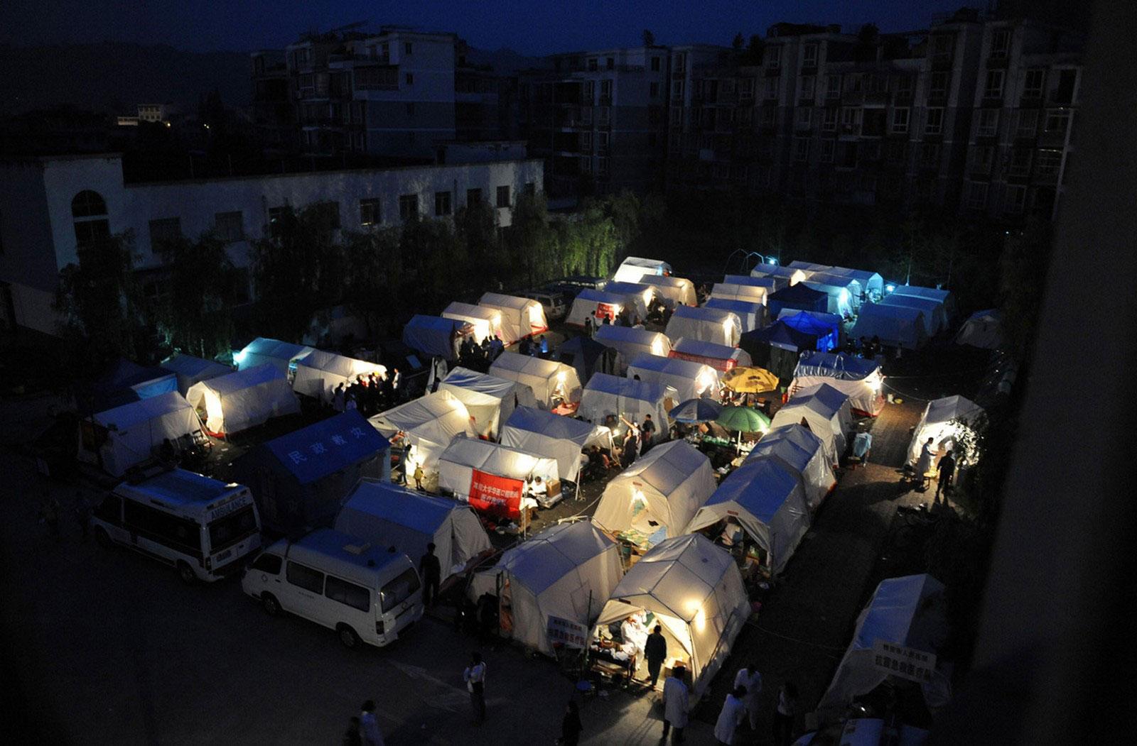 Палатки на территории больницы