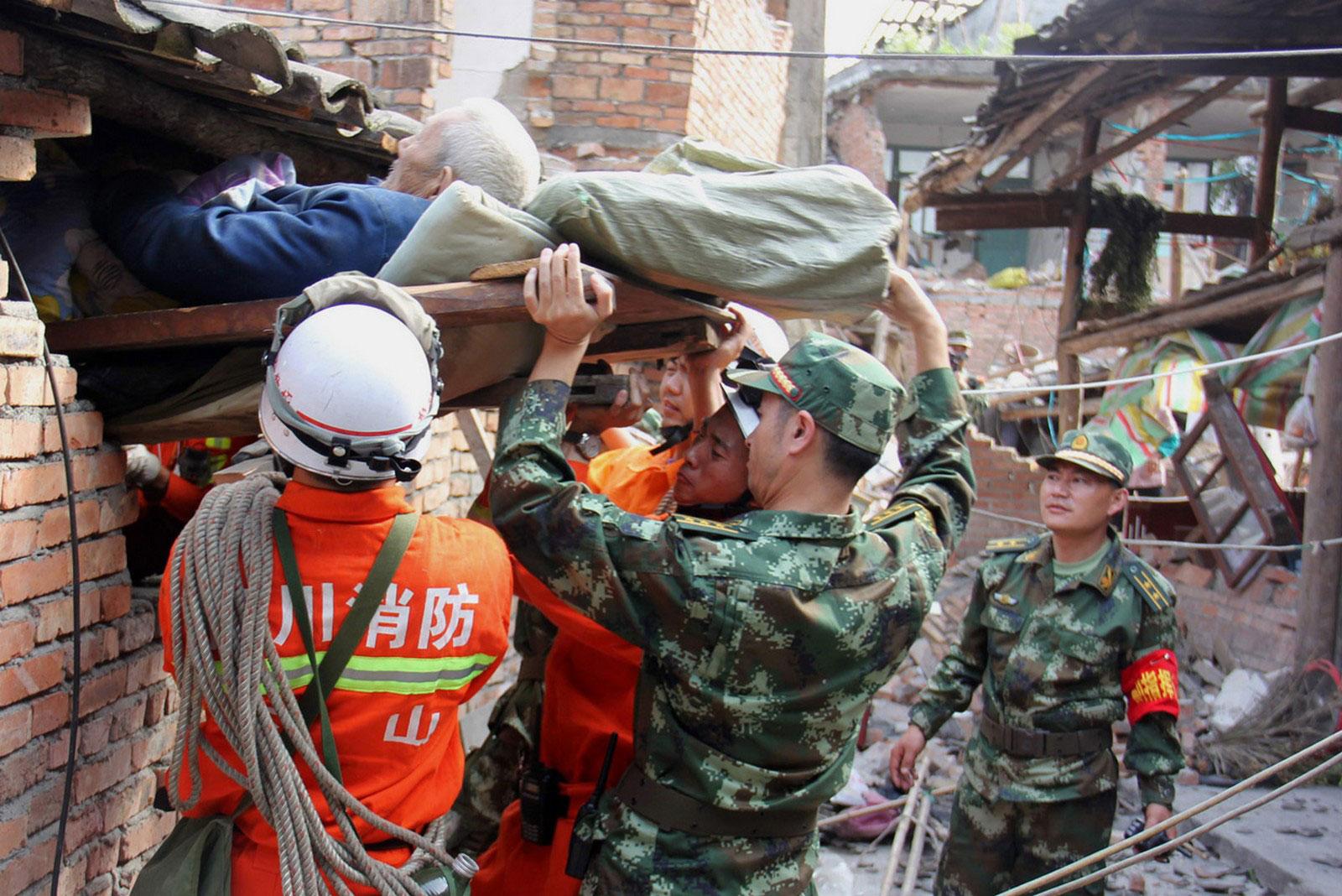 спасение человека из под обломков здания