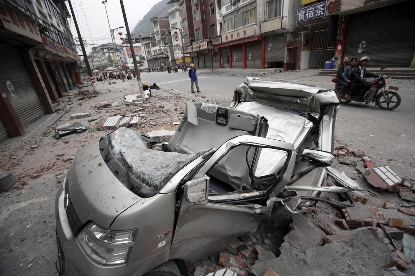 поврежденный землетрясением автомобиль