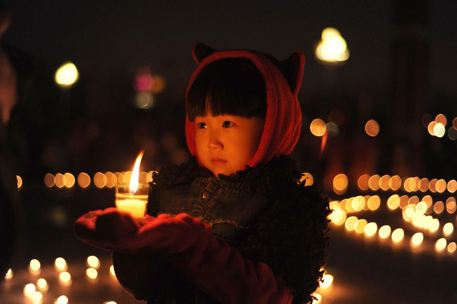 Девочка со свечой в руках