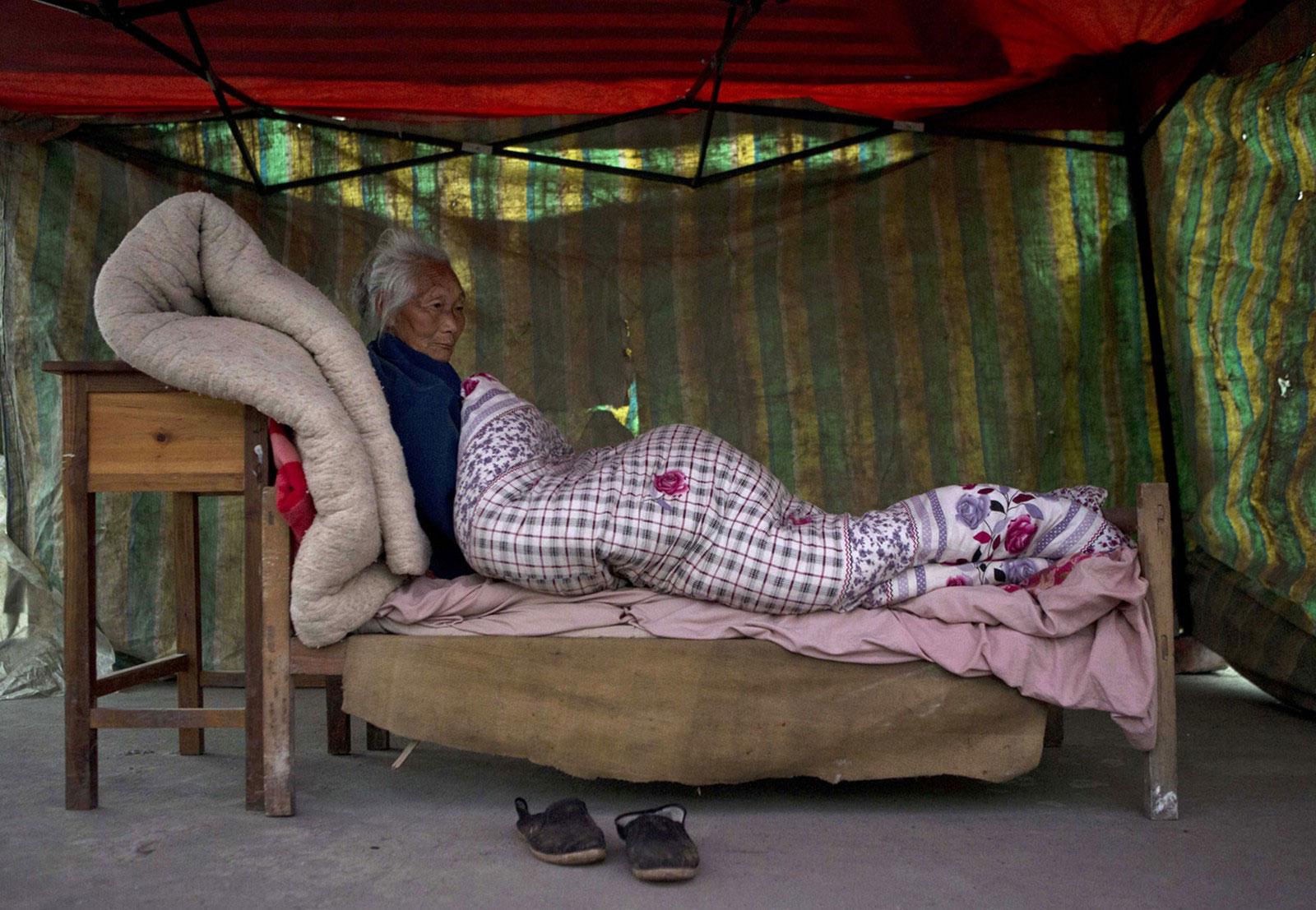Женщина на самодельной кровати