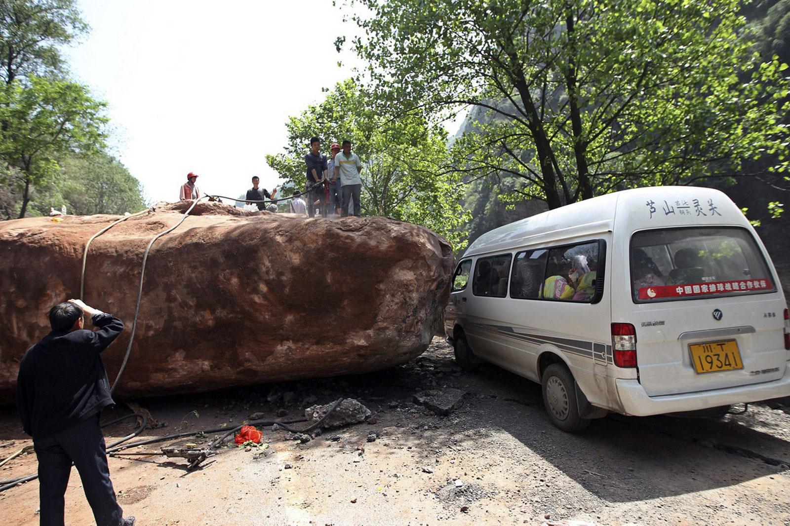 огромный валун на дороге, фото