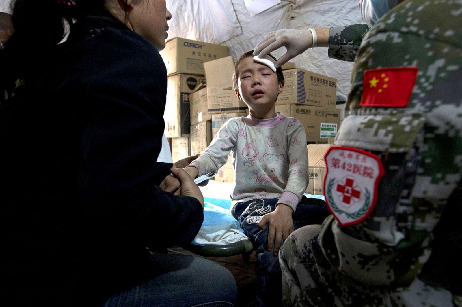 Ребенку оказывают медицинскую помощь