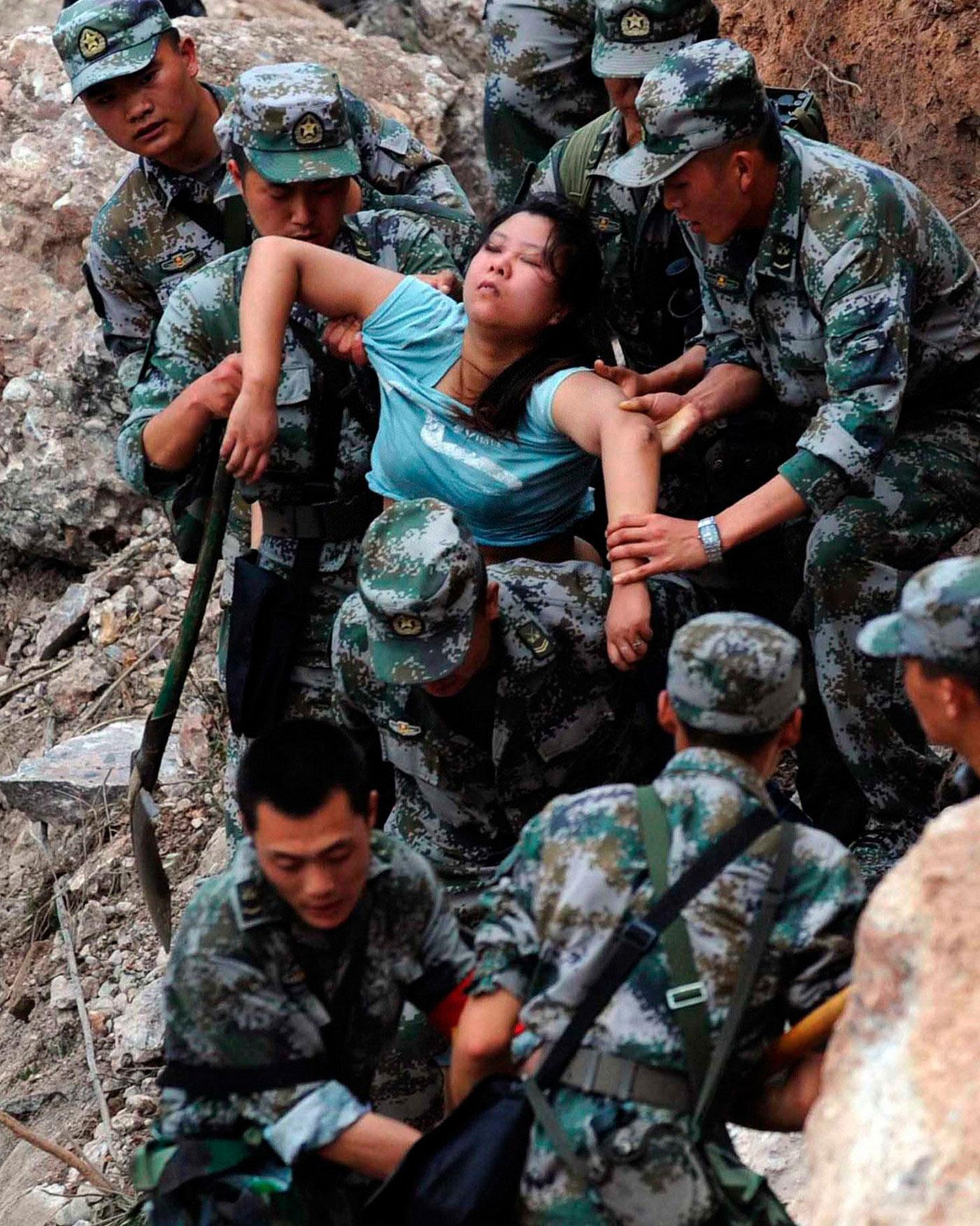 Спасатели вытащили раненую женщину из под завалов