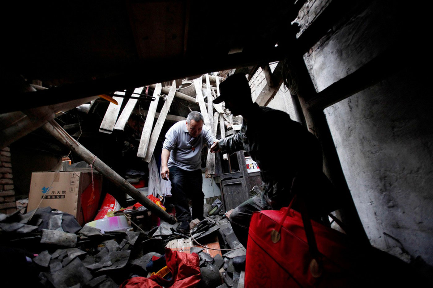 люди в разрушенном здании