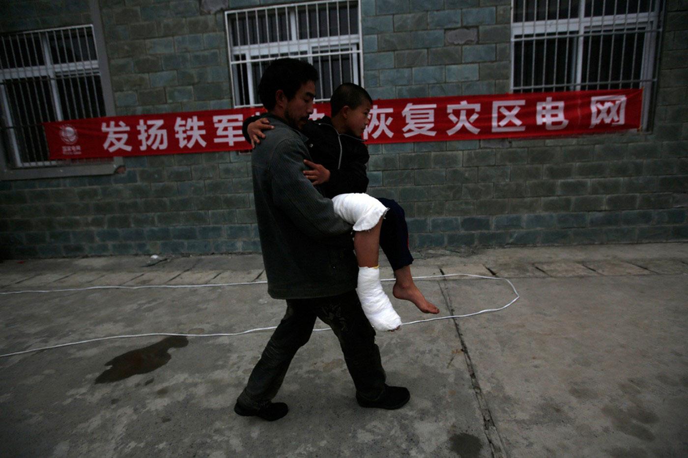 Мужчина несет травмированного сына