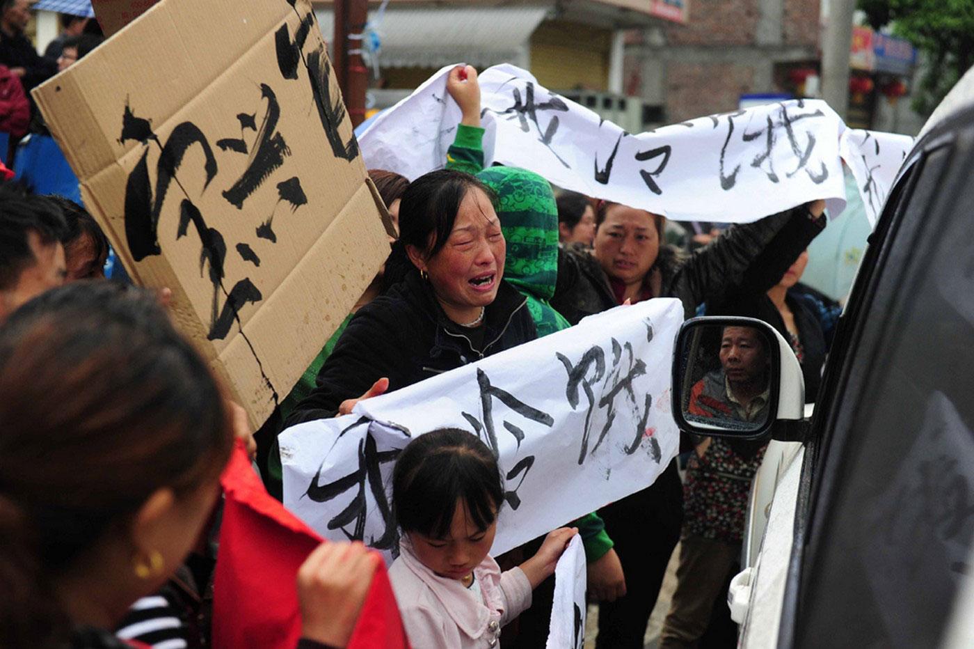 Жители поселка Lingguan с плакатами