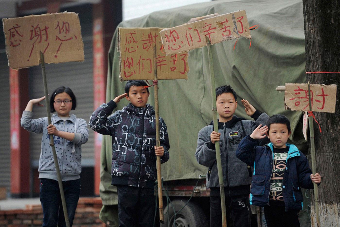 Дети салютуют проезжающим мимо спасателям и добровольцам