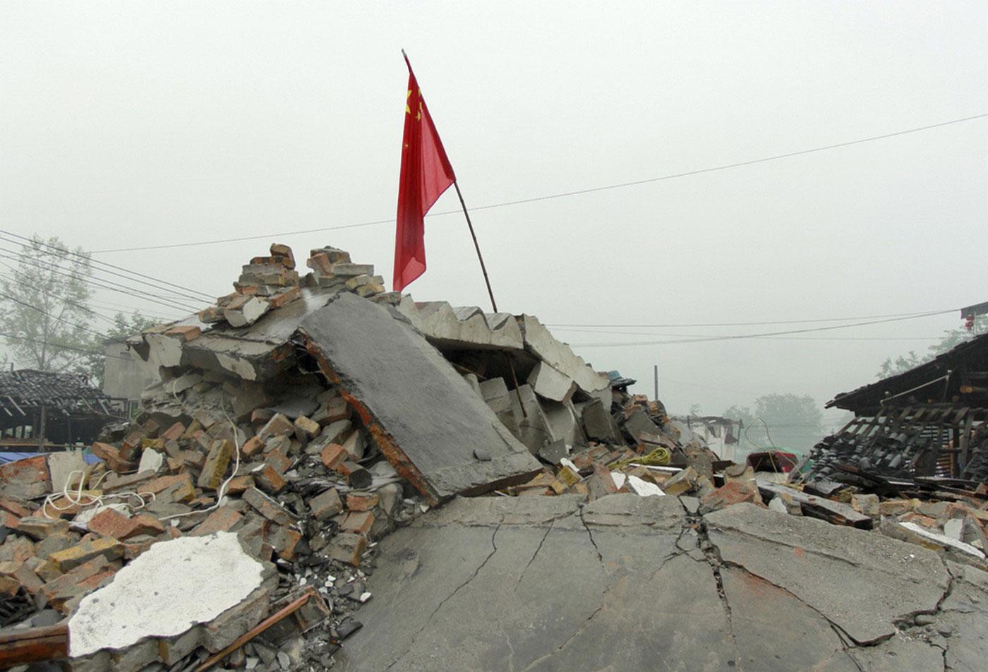 Китайский национальный флаг на руинах