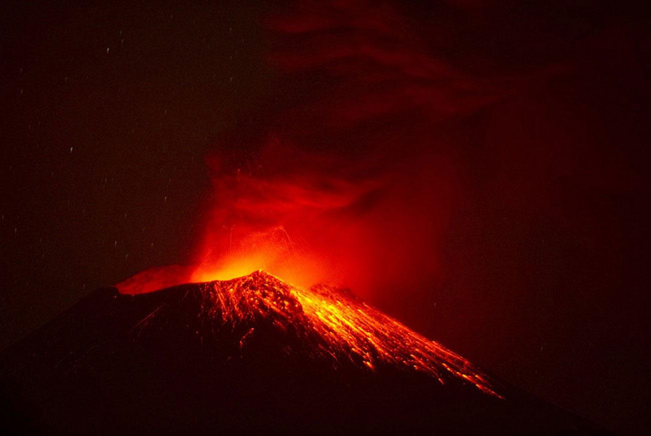 Извержение вулкана в природе, фото