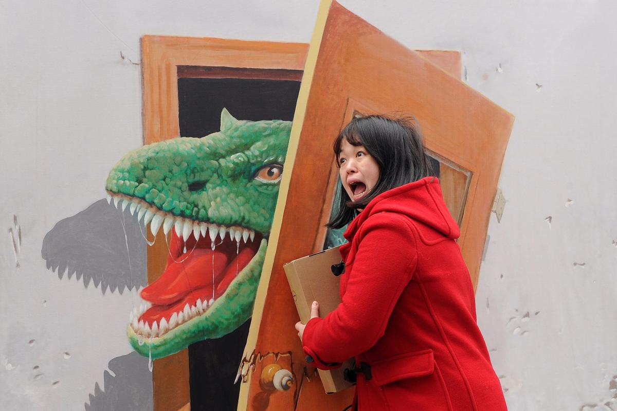 женщина с динозавром
