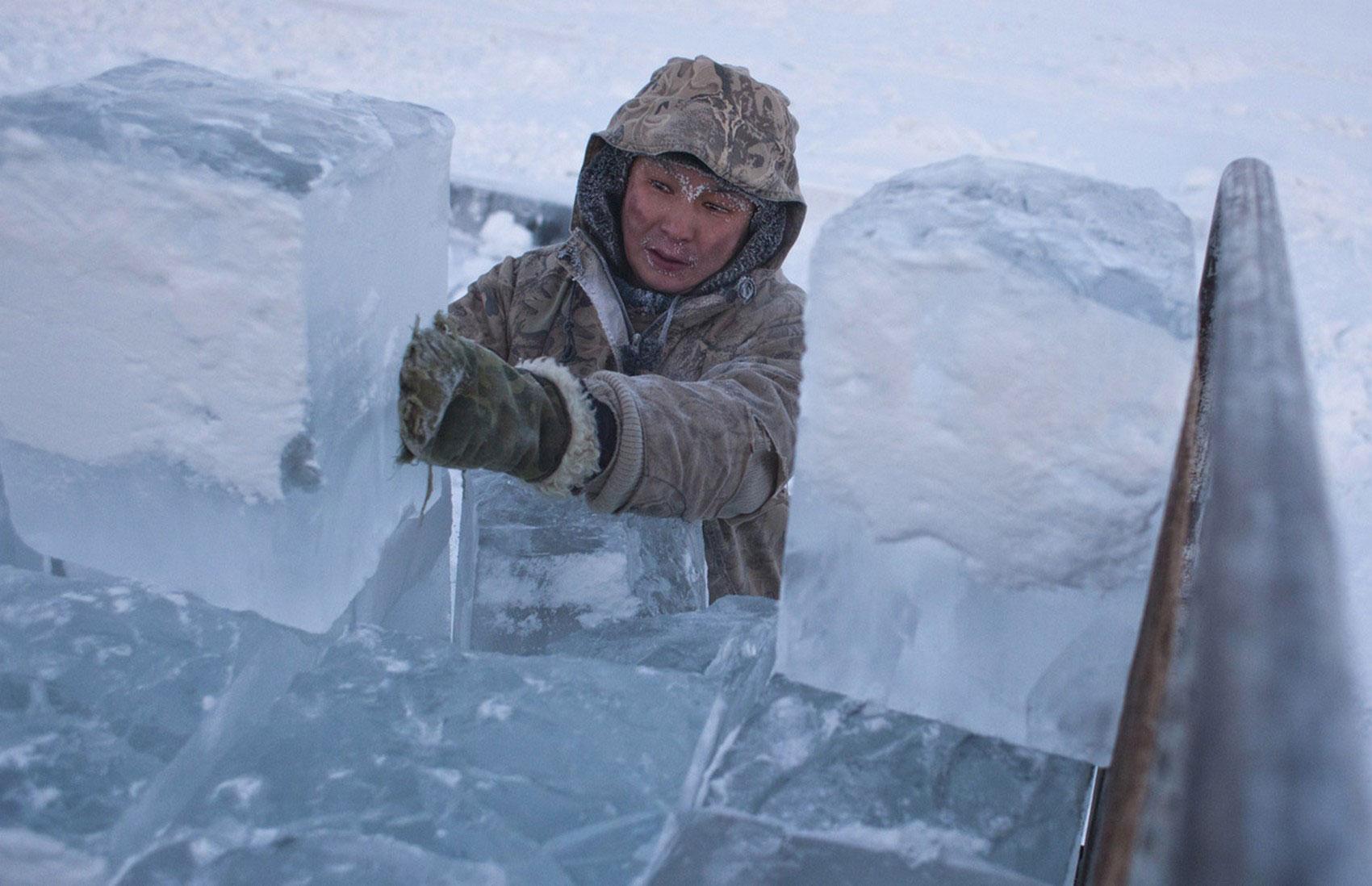 мужчина грузит лед
