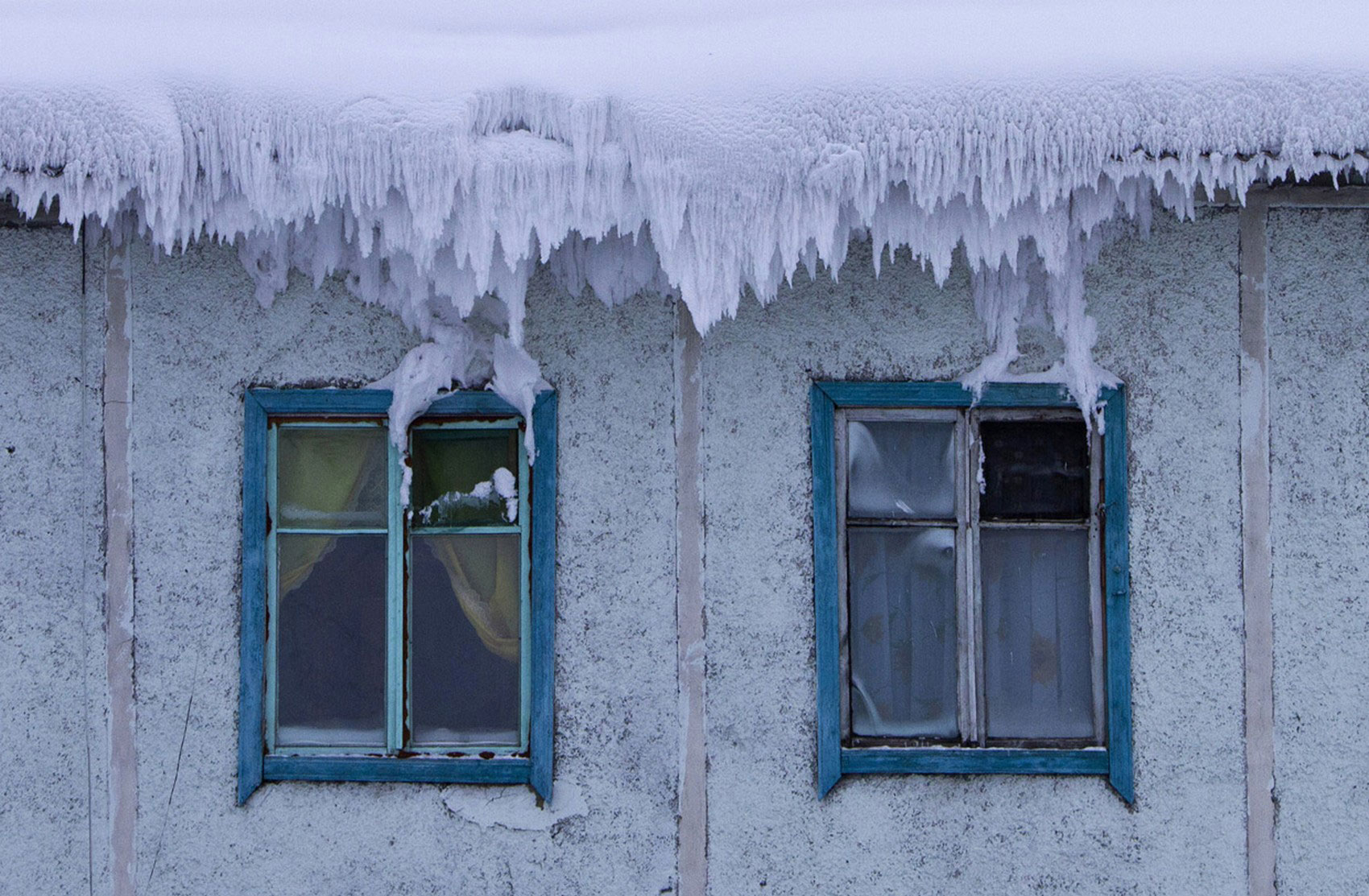 крыша дома в снегу, фото зимы