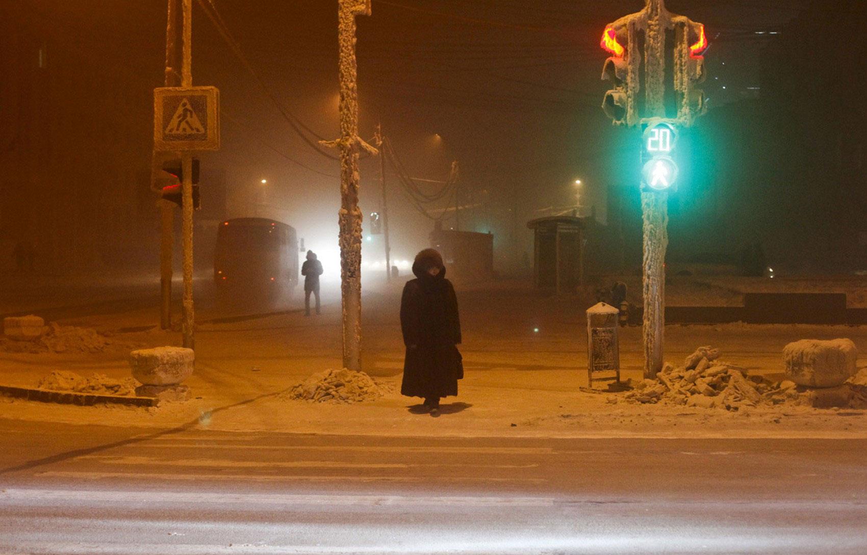 Женщина перед пешеходным переходом