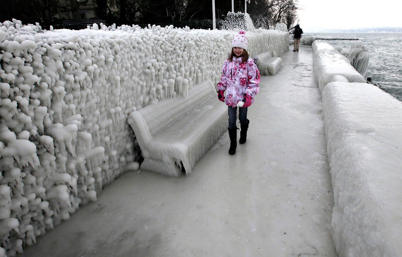 обледенелый тротуар